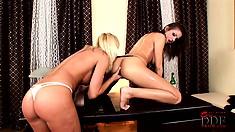 Blonde soaking wet cum bucket bangs her friend's snatch with a bottle of bud